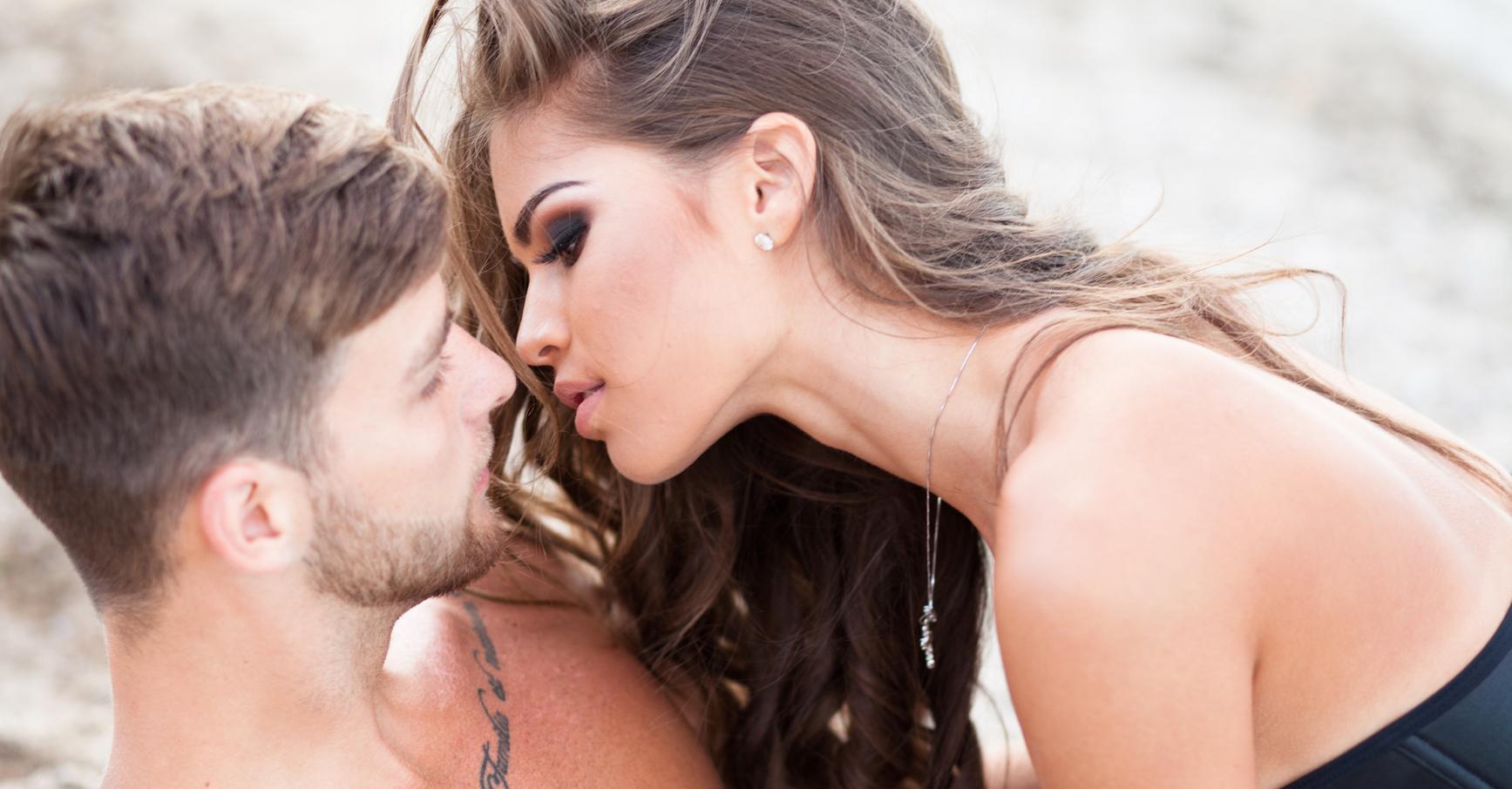 Csókolni